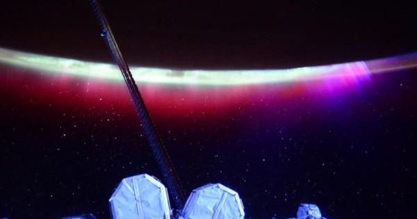 Красное сияние с МКС