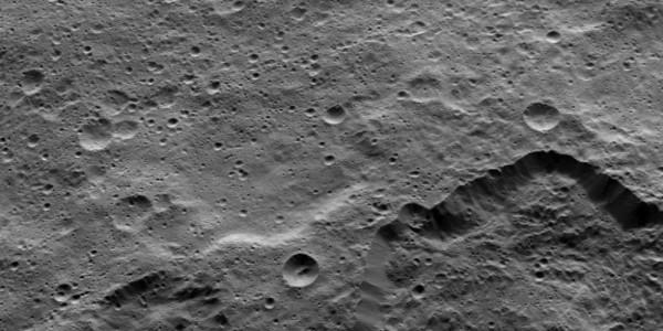 Край кратера Toharu на Церере
