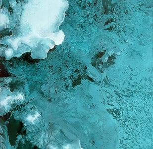 На фотографии захвачена часть Шпицбергена, норвежского архипелага в Северном Ледовитом океане, четко видны ледники Остфонна.