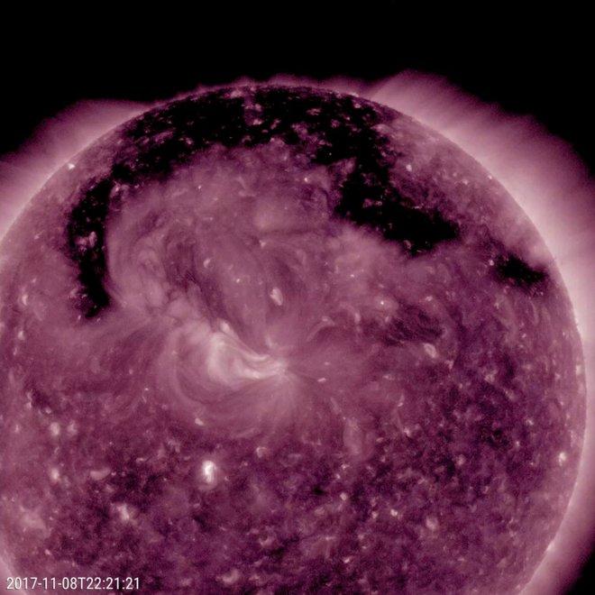 Новая дыра в солнечной атмосфере заставляет изрыгать частицы