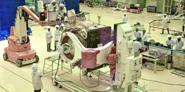 """Ученые работают над орбитальным аппаратом первого в Индии спутника и марсохода """"Чандраян-2""""."""