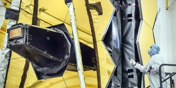Техники НАСА осматривают основное зеркало космического телескопа Джеймса Вебба