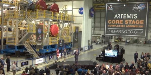 Руководитель НАСА демонстрирует первую базовую ступень новой космической ракеты-носителя Megarocket