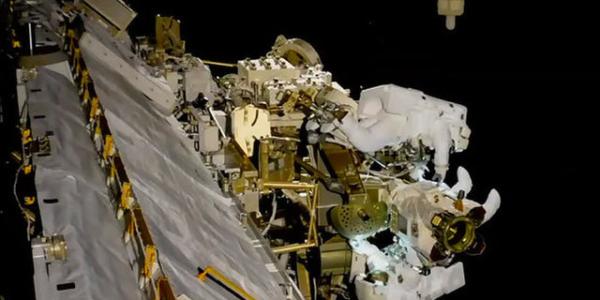 Робот и человек в открытом космосе на прогулке