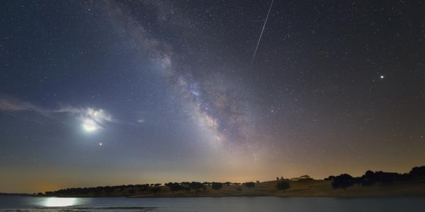 Спутниковые фотобомбы: как видится Лунное затмение под светом галактики Млечный путь