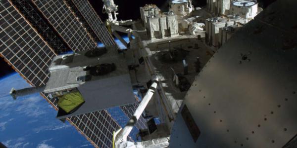 Сегодня можно увидеть в прямом эфире как астронавты прогуливаются в открытом космосе