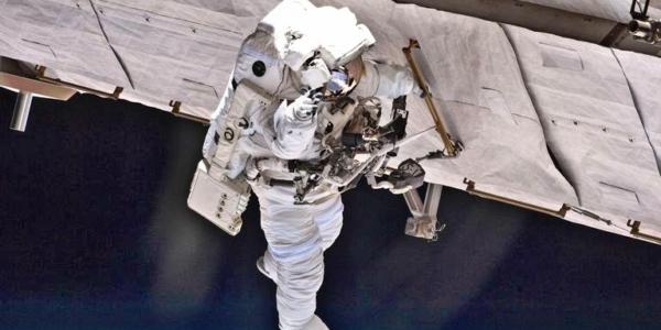 Роботы могут выполнять множество опасных работ, но астронавты все же имеют оригинальное мышление