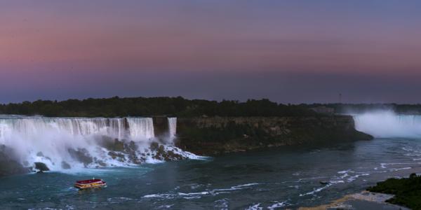 Золотая Луна над Ниагарским водопадом
