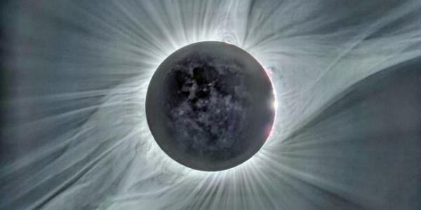 Когда луна блокировала солнце от взгляда во время полного солнечного затмения 21 августа 2017 года, появилась «мокрая» корона солнца.