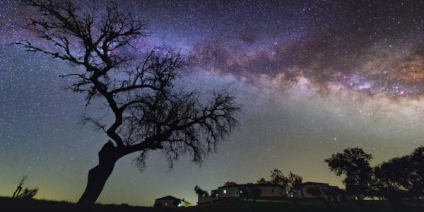 Красота Млечного пути в ночном небе Португалии