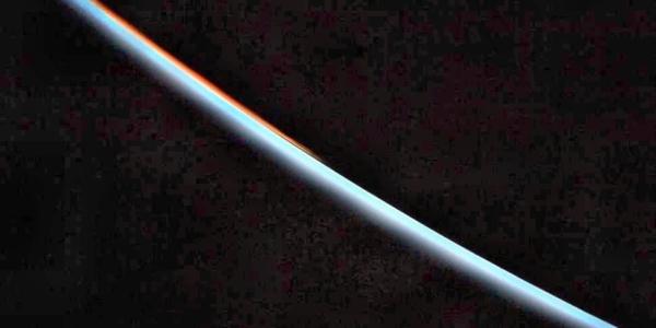 Астронавт фотографирует планету Венера с космической станции