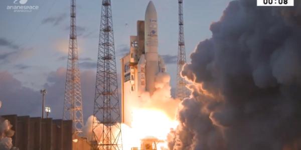 Красивый запуск ракеты Ariane 5 со спутниками на борту