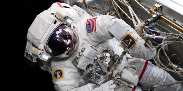 """Программа НАСА """"Артемида Луна"""" только что сфотографировала выход в открытый космос"""