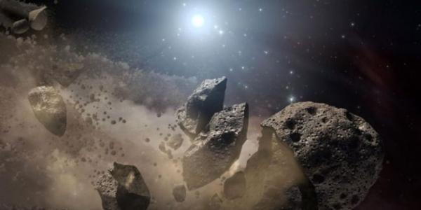 Звезда, разбивающая астероиды, разорвала гигантскую скалу на куски и засияла в останках