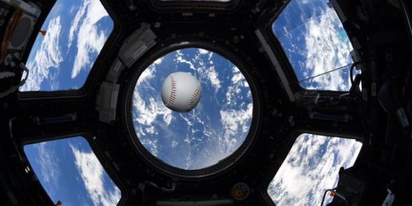 Смотрите, как астронавты НАСА играют в мяч на МКС