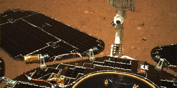 Китайский марсоход отправился в путешествие по Красной планете