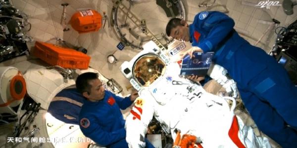 Первый выход в открытый космос на собственной космической станции Китая